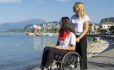 Zwei junge Frauen genießen ihren barrierefreien Urlaub am Meer