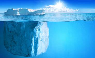 Ein Eisberg, nur ein geringer Teil über der Wasseroberfläche, der Grossteil unter Wasser als Metapher für das unterschätzte Marktpotential