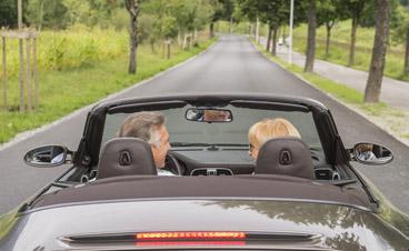 Ein älteres Ehepaar auf dem Weg in einen barrierefreien Urlaub