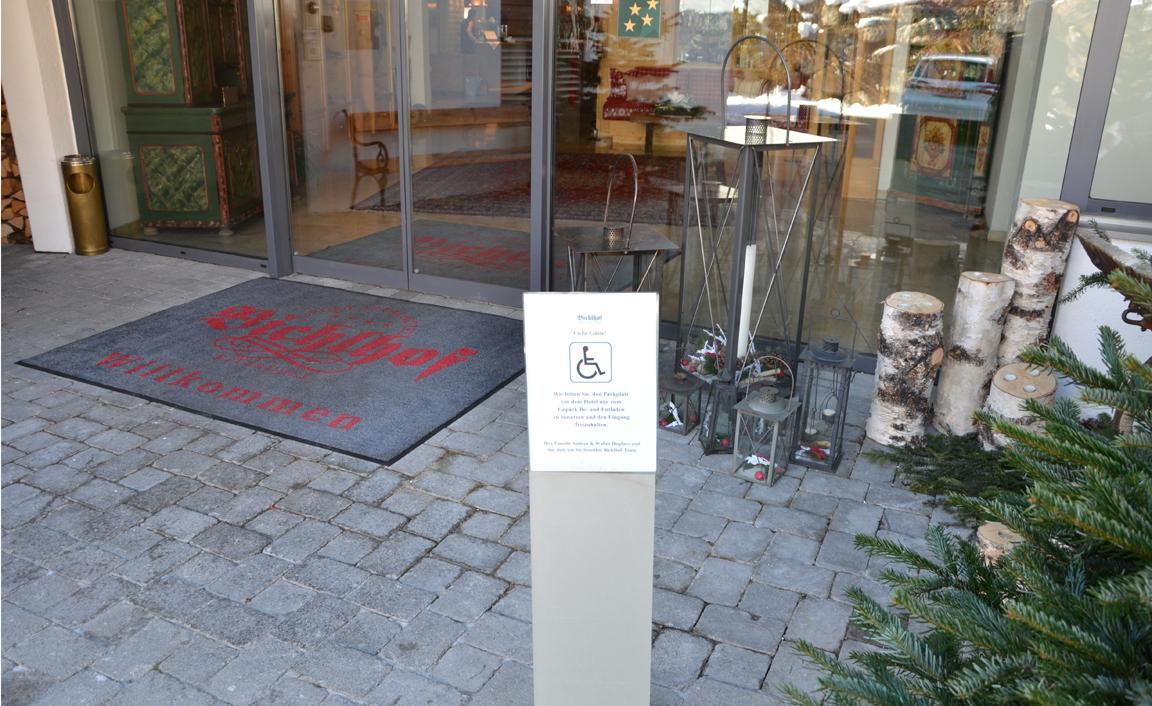Hoteleingang mit Info zur Barrierefreiheit © gabana