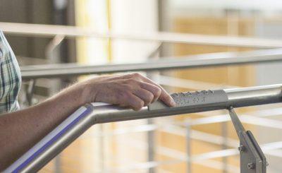 Handlaufschild informieren mit taktiler und Braille-Schrift © moedel